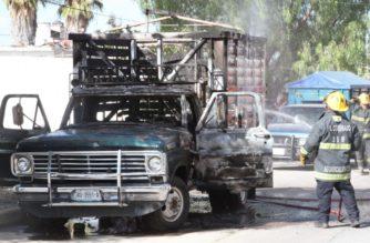 Por jugar con cerillos, niños provocan el incendio de una camioneta en la Insurgentes