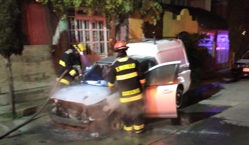 Sofocan incendio de un vehículo en Haciendas de Aguascalientes