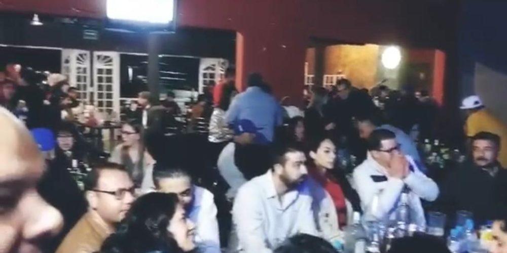 Celebran con bares llenos y sin cubrebocas en San Francisco de los Romo