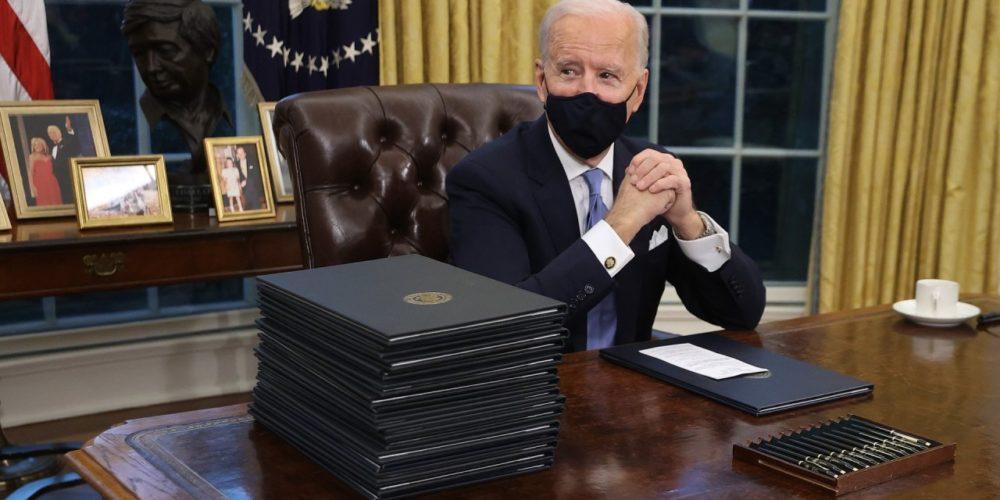 Biden aprueba 17 medidas en su primer día como presidente