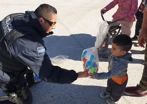 Policías de Jesús María regalan juguetes y bolos en comunidades