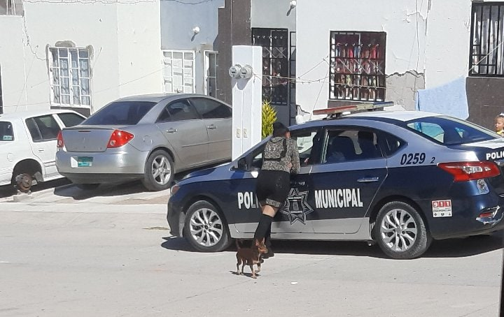 Exhiben a policía municipal en la 'plancha'