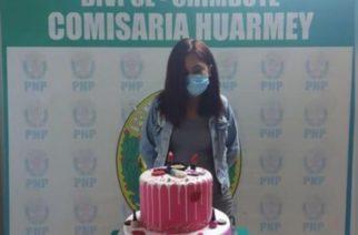 Policía detiene a joven que hizo fiesta en pandemia y le toman foto con su pastel