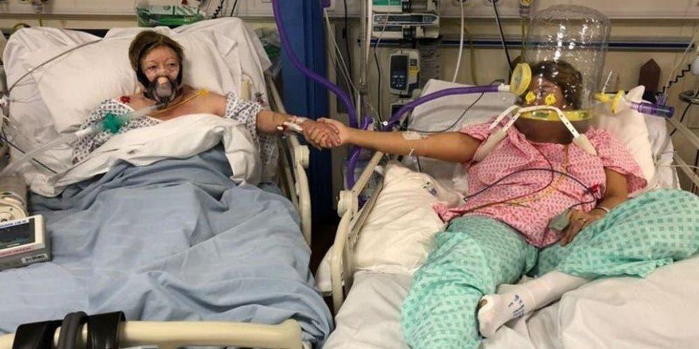 Madre toma la mano a su hija antes de morir por Covid-19