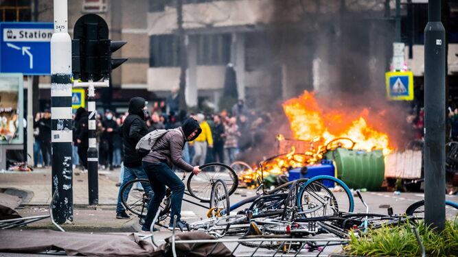 Causan disturbios en Países Bajos contra toque de queda por Covid