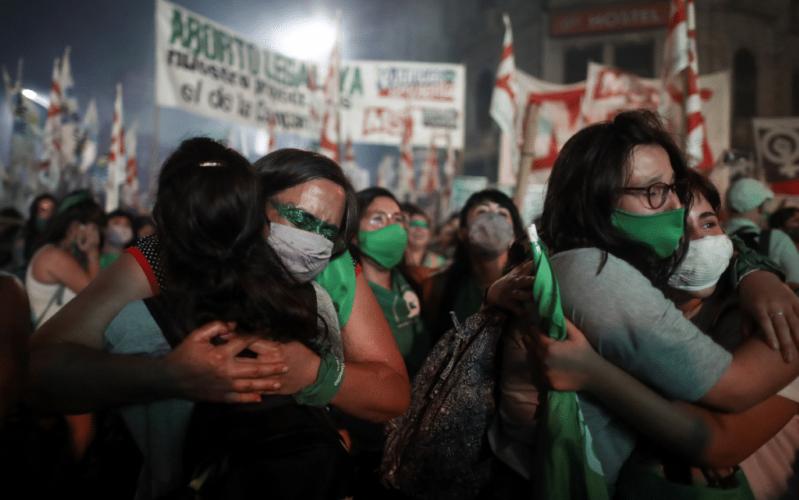 """""""Salgan a violarlas a todas"""", dice locutor de radio en Argentina después de la legalización del aborto"""