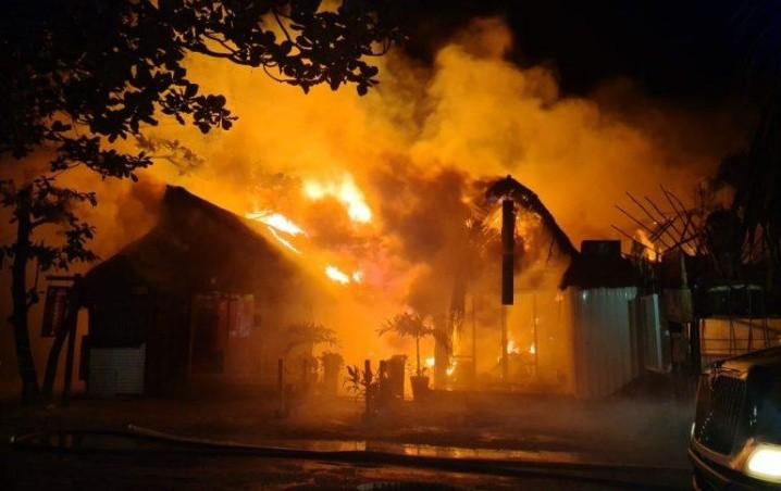 (VIDEO) Se incendia zona turística de Tulum