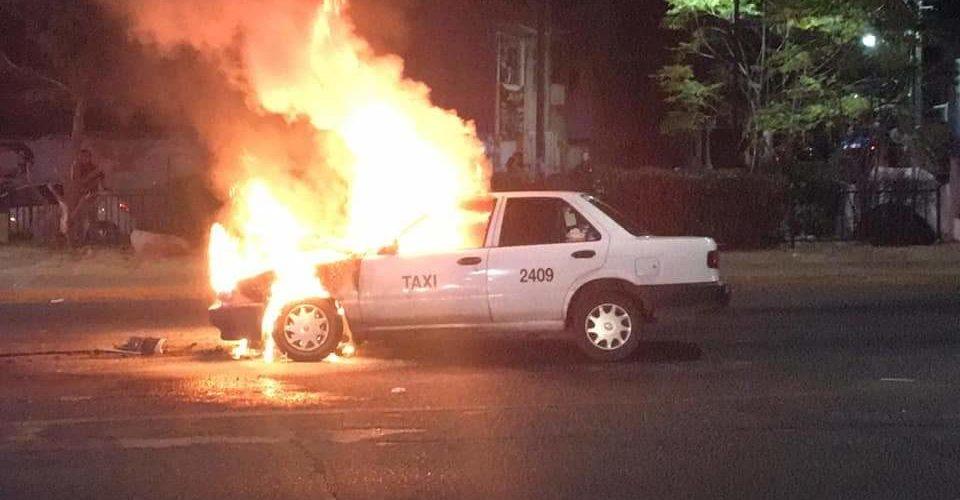 Tras chocar taxi se incendia en La Estrella