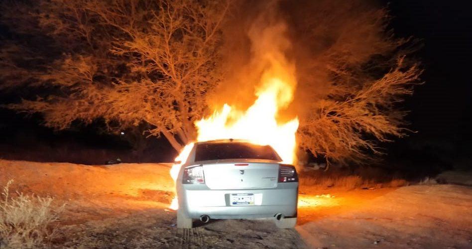 Se quema vehículo mientras iba en plena marcha en Asientos
