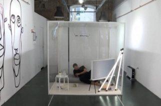 Se encierra en un cubo de vidrio para protestar por el confinamiento del covid