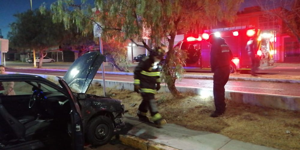 Se incendia vehículo por una falla mecánica en Lomas de Vista Bella