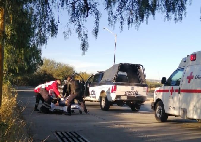 Encuentran a hombre herido e inconsciente en la calle y lo hospitalizan de gravedad