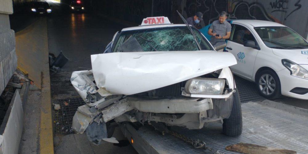 Taxista sufre aparatoso accidente en rampa de Jardines de la Cruz