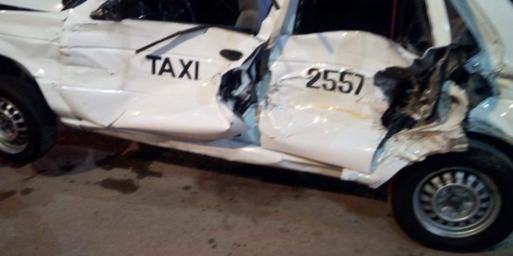 Choque entre taxi y tráiler deja dos menores heridos en Aguascalientes