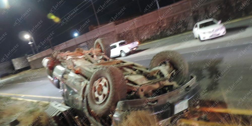 Borrachera acabó en volcadura frente a Nissan I; hay tres heridos