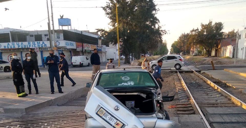 Tren embiste a auto en Aguascalientes y conductor sale ileso