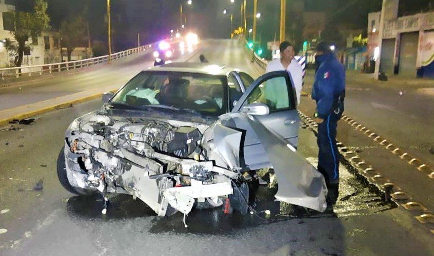 Ebrio conductor destroza su coche en puente de la colonia México