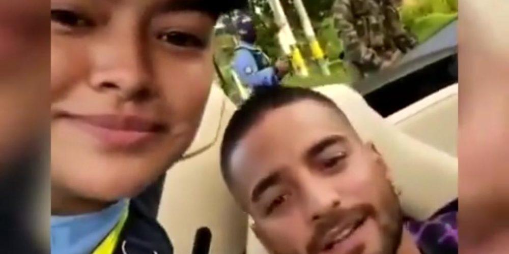 Maluma es detenido por una policía y ella aprovecha para grabar video