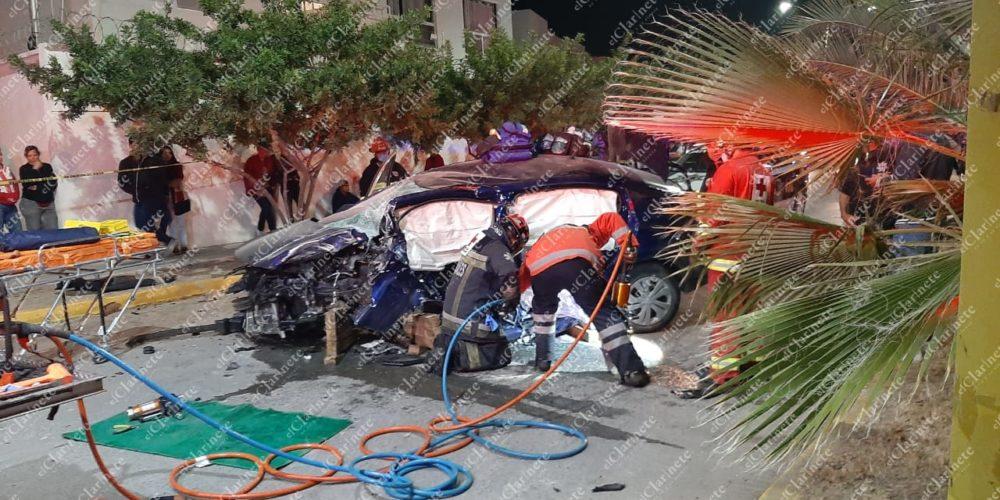 Veloz conductor se estrelló contra 2 palmeras en Villa Sur, quedó prensado y agoniza