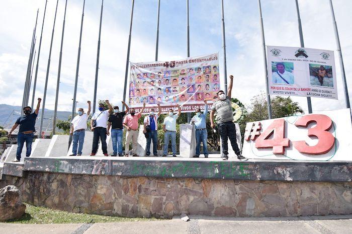 """CHILPANCINGO, GUERRERO, 07ENERO2021.- A siete años de que un tráiler cargado con maquinaria pesada atropellara y asesinara a dos estudiantes de la Normal Rural de Ayotzinpa que realizaban una colecta en la carretera Acapulco-Zihuatanejo, alumnos de ese plantel y miembros de organizaciones sociales afines a su movimiento rindieron un homenaje póstuma en el que reclamaron justicia. Durante el evento, realizado en la capital del estado de Guerrero, los oradores recalcaron que la muerte de estos dos jóvenes no se trató de un accidente, sino un acto deliberado en el que un conductor bajo influjos de enervantes, decidió arrollar a los estudiantes sabiendo que no recibiría castigo porque el gobierno ha criminalizado a la normal y sus estudiantes. Se resaltó también que el camión circulaba con exceso de dimensiones pues se rebasaban las especificaciones que la ley establece para que el traslado de maquinaria sobre vehículos de carga, """"la ley sólo permite 15 centímetros de exceso en las dimensiones pero este tenía más y por eso alcanzó a nuestros compañeros Eugenio Tamarit Huerta y Freddy Fernando Vázquez Crispín"""". FOTO: DASSAEV TÉLLEZ ADAME /CUARTOSCURO.COM"""