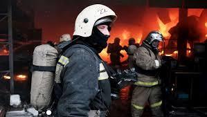 ¡A martillazos! Así limpian sus uniformes congelados los bomberos de Siberia