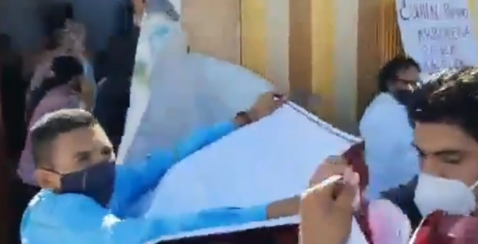 (Video) Agarran a 'huevazos' al líder nacional de Morena, Mario Delgado