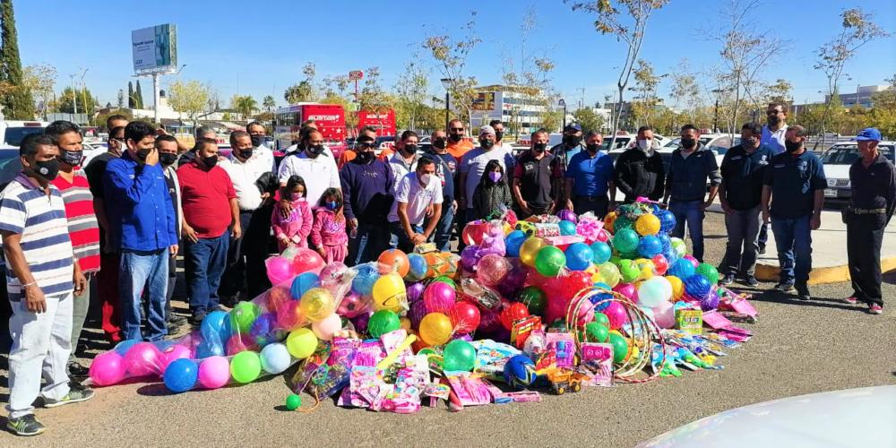 Entregan taxistas mil juguetes en colonias de Aguascalientes
