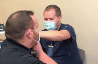 Paramédico le propone matrimonio a enfermero que lo vacunó