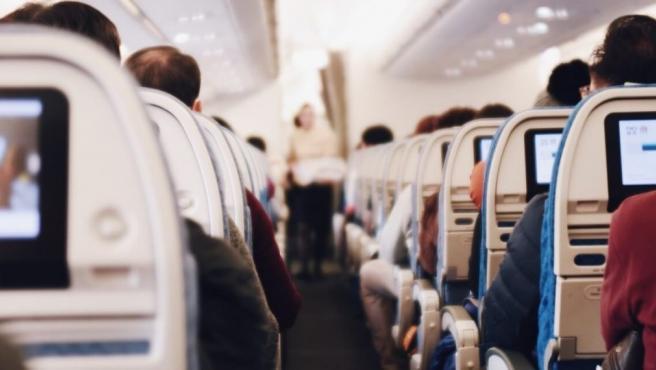 1 año de cárcel a mujer que ocultó síntomas de Covid en un vuelo