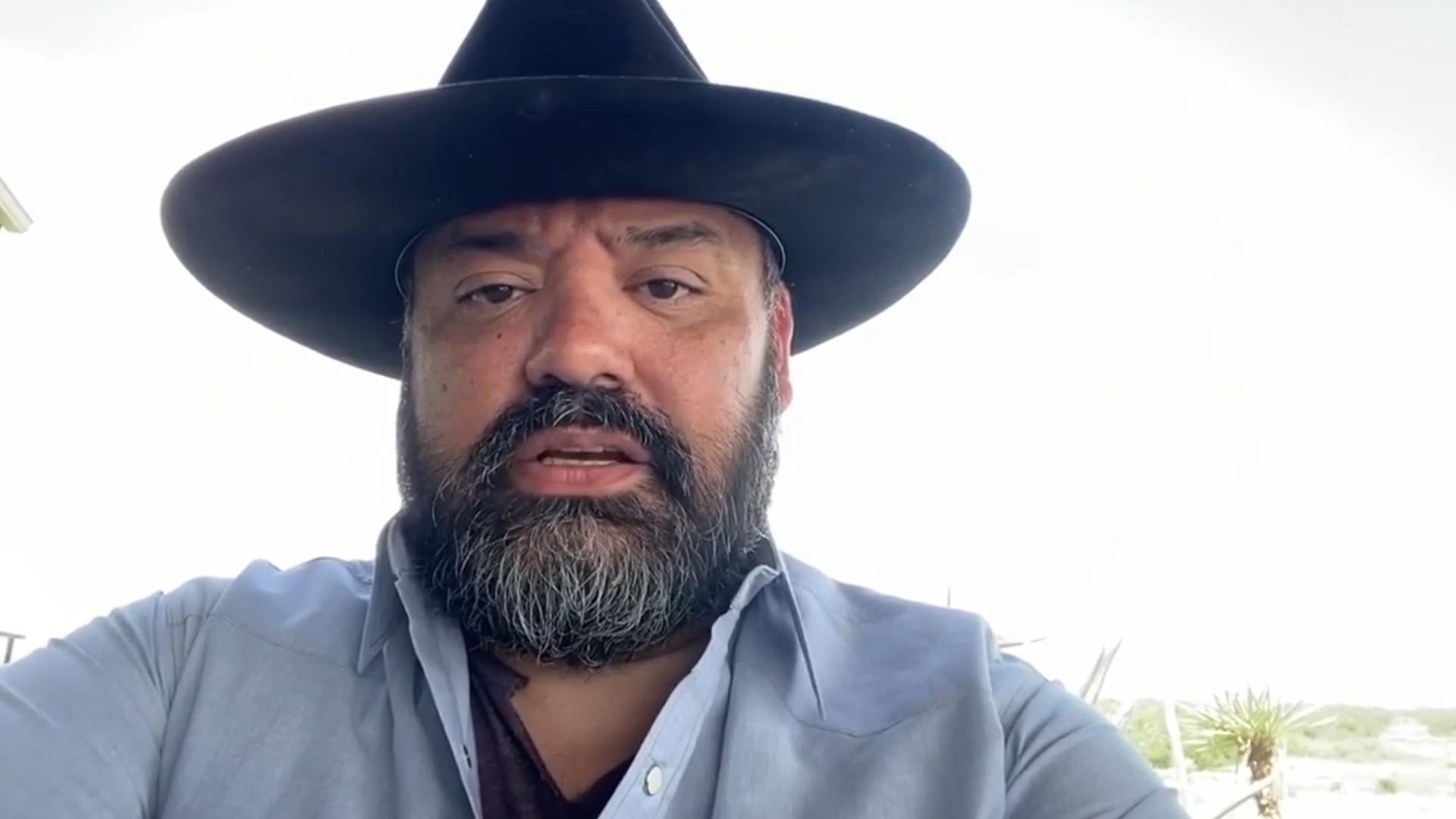 """Vocalista de Intocable presume que usó """"palancas"""" para recibir vacuna Covid"""