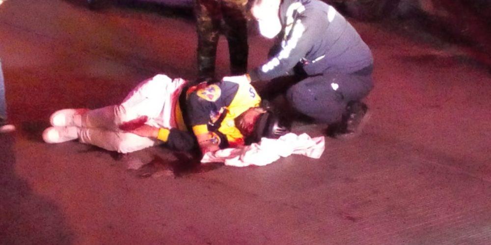 Motociclista se estrella contra un vehículo estacionado en El Riego