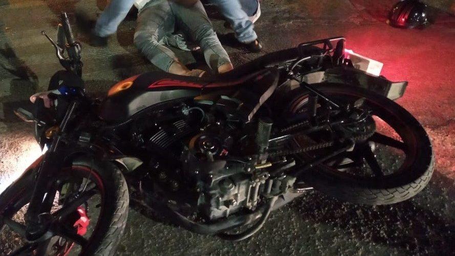 Desigual choque entre una camioneta y un motociclista deja saldo de un lesionado