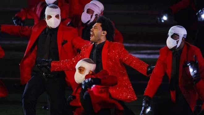 Le llueven memes a The Weeknd por espectáculo del medio tiempo del Super Bowl