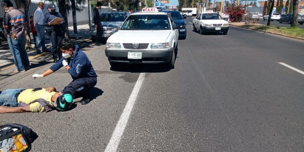 Motociclista se estrella contra taxista en avenida Universidad