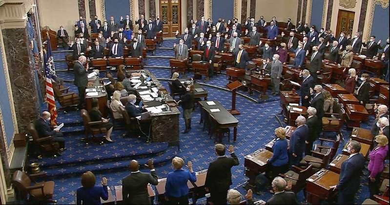 Senado de EU aprueba legalidad del juicio contra Trump