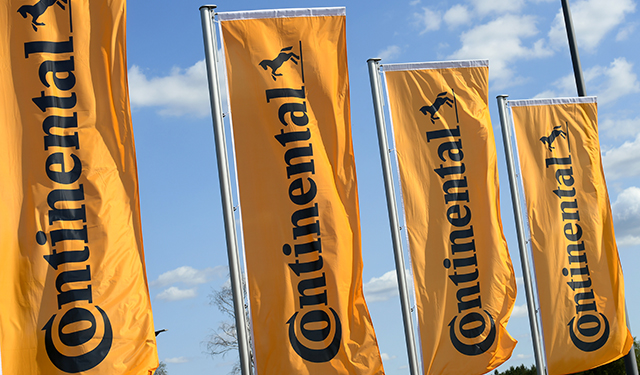 ARCHIVO - Banderas de la empresa Continental ondean en el reciento de su sede de Wietze. Foto: Holger Hollemann/dpa