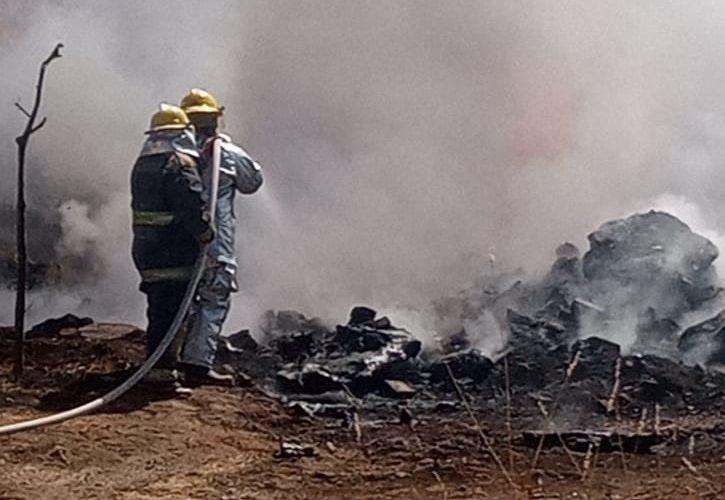 Sofocan incendio de llantas y plásticos en Tepezalá