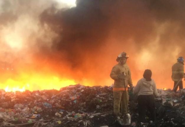 Incendio consume 10 toneladas de plásticos en Jesús María