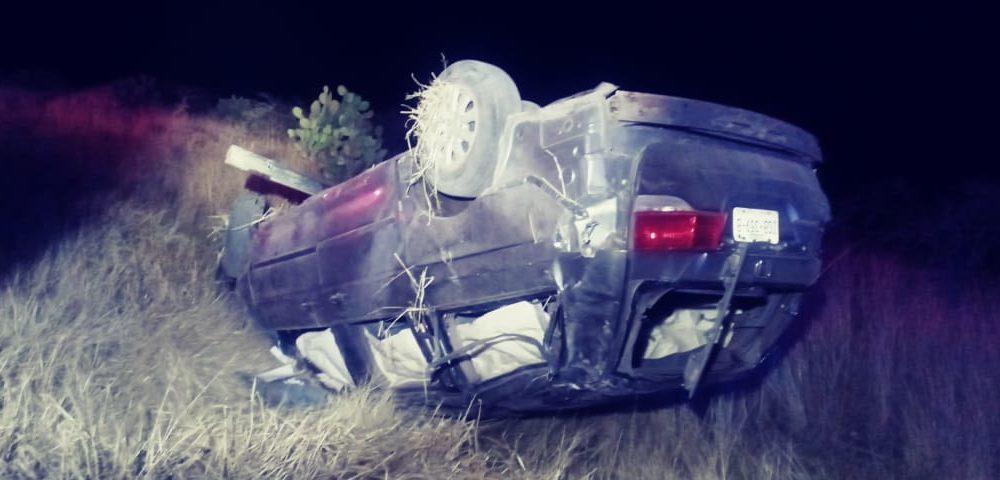 Veloz conductor sufre volcadura en Asientos