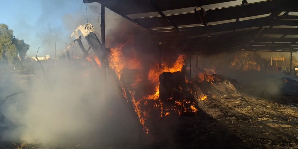 Incendio consume 17 toneladas de pasto seco y madera en un vivero
