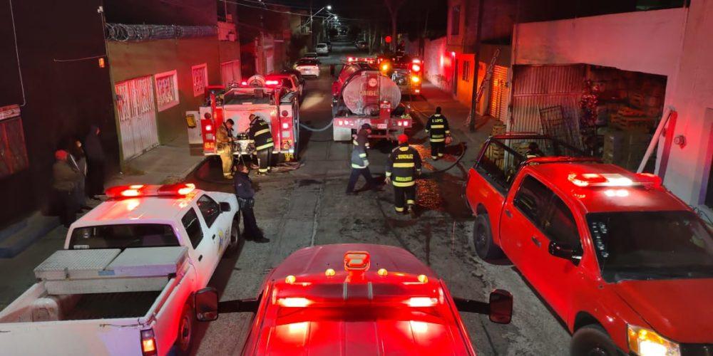 Fuerte incendio calcina bodega de reciclaje en Miravalle