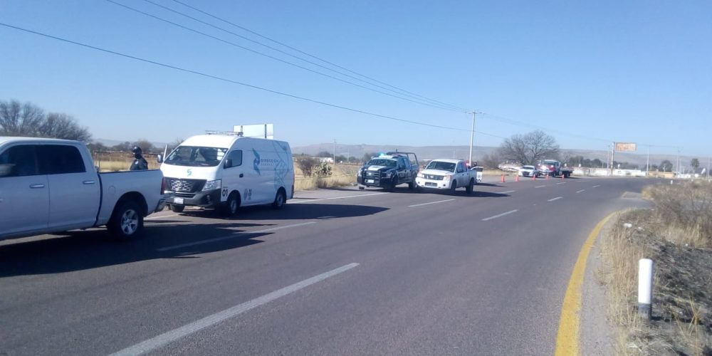 Motociclista sale del camino, cae y muere en Rincón de Romos