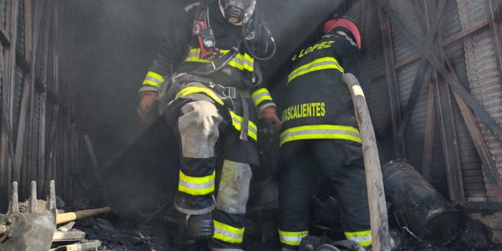 Incendio consume una caja de tráiler y un montacargas en la 45 sur