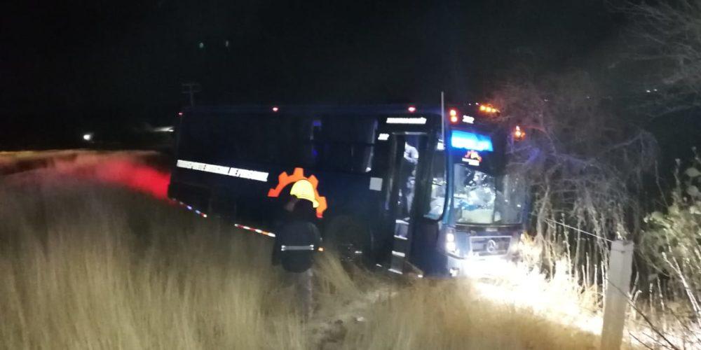 2 mujeres salen lesionadas tras accidente en camión de personal en Asientos