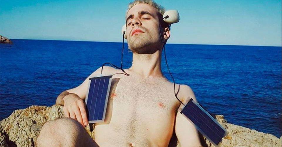 Hombre que se cree pez se implanta dos aletas y dice ser 'transespecie'