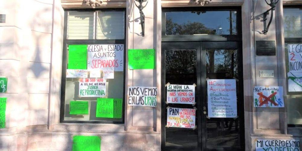Feministas amenazan a diputados con su voto ante discusión del aborto en Aguascalientes