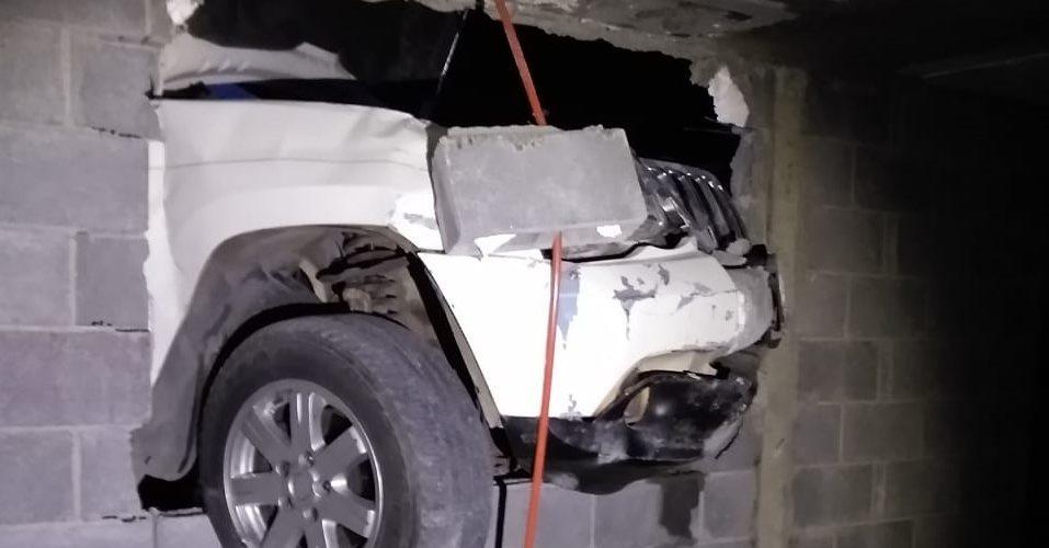 Ebrio conductor derriba la barda de un domicilio en Villa Montaña