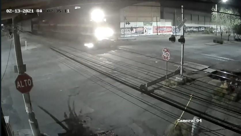 (VIDEO) Intentó ganarle al tren en el IV Centenario y se salvó de milagro