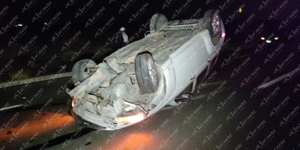 Borracho en camioneta chocó contra moto y luego volcó en carretera a SLP