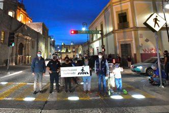 Municipio instala su primer paso peatonal iluminado